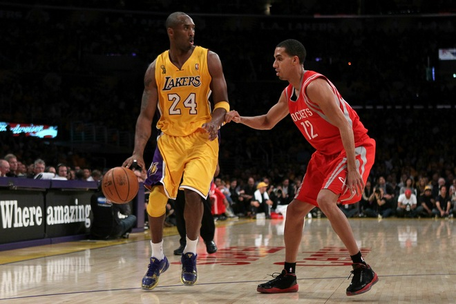 Kobe Bryant in the Nike Zoom Kobe V 5 Rings, defended by Kevin Martin wearing the Jordan 2010 Team which just got a A+ Performance Review.