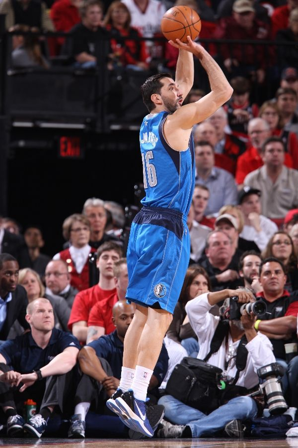 Peja Stojakovich wearing the Nike Zoom Kobe VI