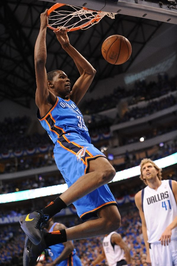 "Kevin Durant dunks wearing the ""Scoring Title"" Zoom KD III ."